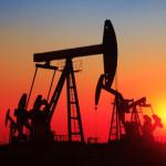 Förderung auf dem Ölfeld bei Sonnenuntergang